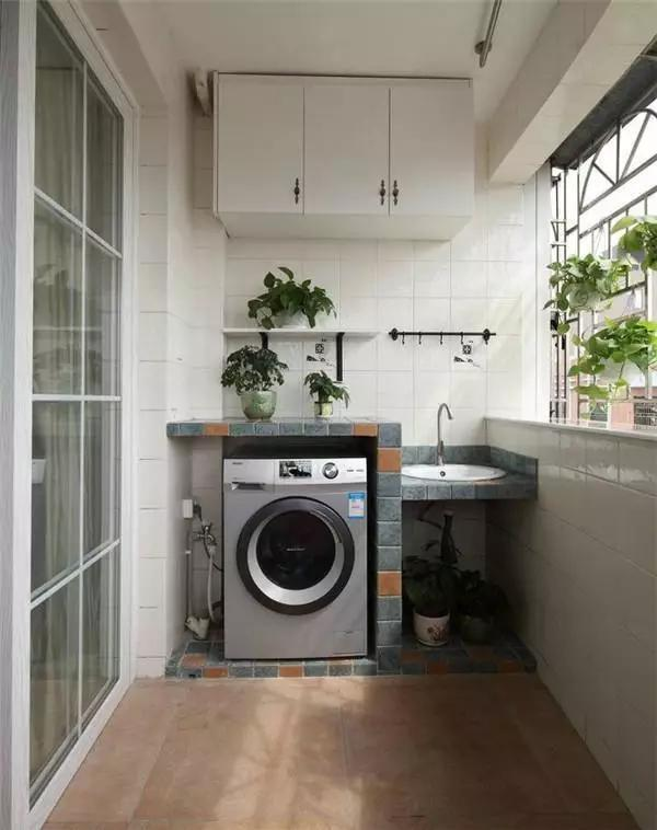 Để máy giặt nơi ẩm ướt hoặc tiếp xúc với ánh nắng mặt trời sẽ khiến tuổi thọ của máy giặt giảm xuống.