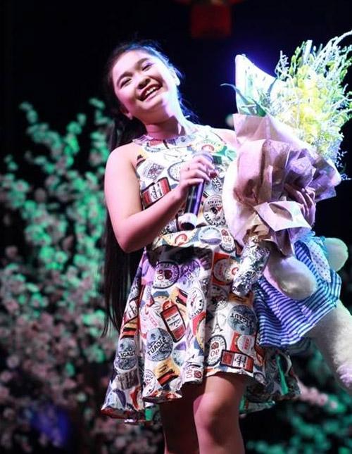 Trong khi đó, trên sân khấu Thiện Nhân thường chọn những bộ váy áo đơn giản, hợp tuổi.
