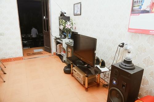 Phòng khách đơn giản với bộ loa đài lớn để Hiệp Gà xem bóng đá, nghe nhạc.