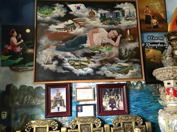 """Tác phẩm Sắc mơ của anh Tưởng được treo ở phòng khách. Tác phẩm này được anh vẽ trong một cuộc thi của Hàn Quốc về chủ đề """"Những họa sĩ nhìn về đất nước tôi"""". Bức tranh của anh Tưởng truyền tải thông điệp: Hàn Quốc là giấc mơ của anh, Hàn Quốc bay vào những đám mây trong giấc mơ của anh."""