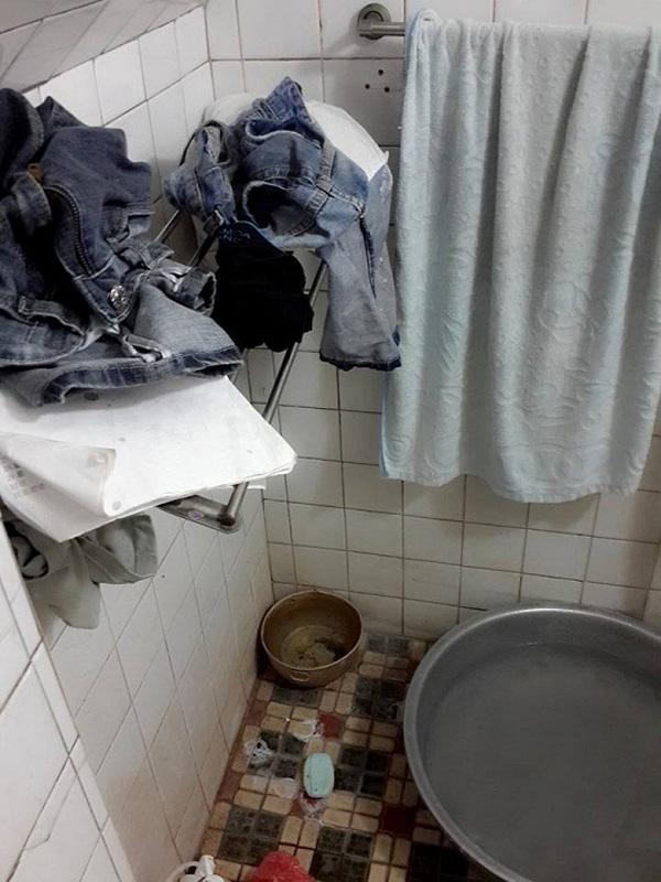 Quần áo bẩn chất đống bốc mùi trong nhà tắm.