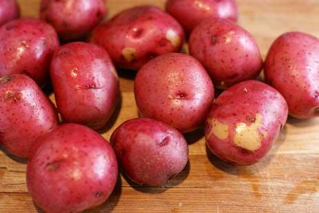 Loại khoai này có vỏ màu đỏ, ruột màu vàng. Vị khoai rất đậm nên cũng khá được yêu thích khi chế biến món ăn.
