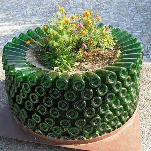Bạn đã từng nghĩ dùng những vỏ chai cũ để làm bồn hoa thế này chưa?