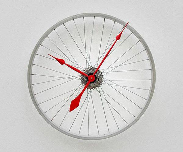 Đồng hồ treo tường bằng bánh xe đạp chắc chắn sẽ là thứ đồ cá tính vô cùng trong căn nhà của bạn.