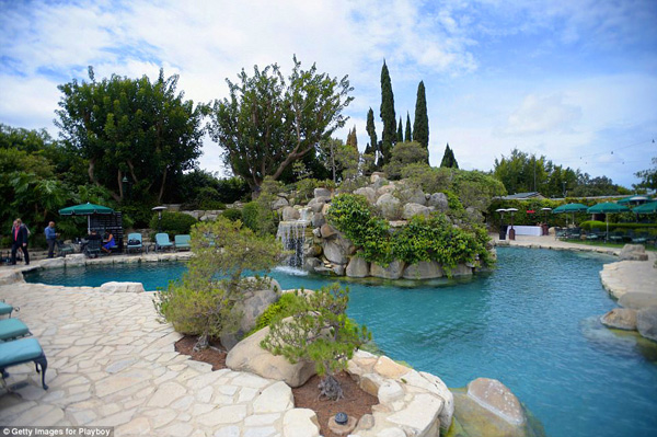 Khu vườn của căn biệt thự vô cùng rộng rãi và đẹp choáng ngợp với thác nước, hồ cá Koi, vườn cây ăn quả, rừng dương xỉ,...