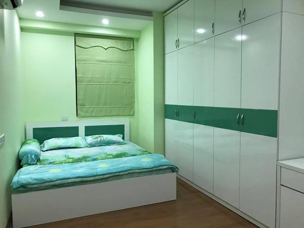 Một phòng ngủ màu xanh lá quen thuộc.