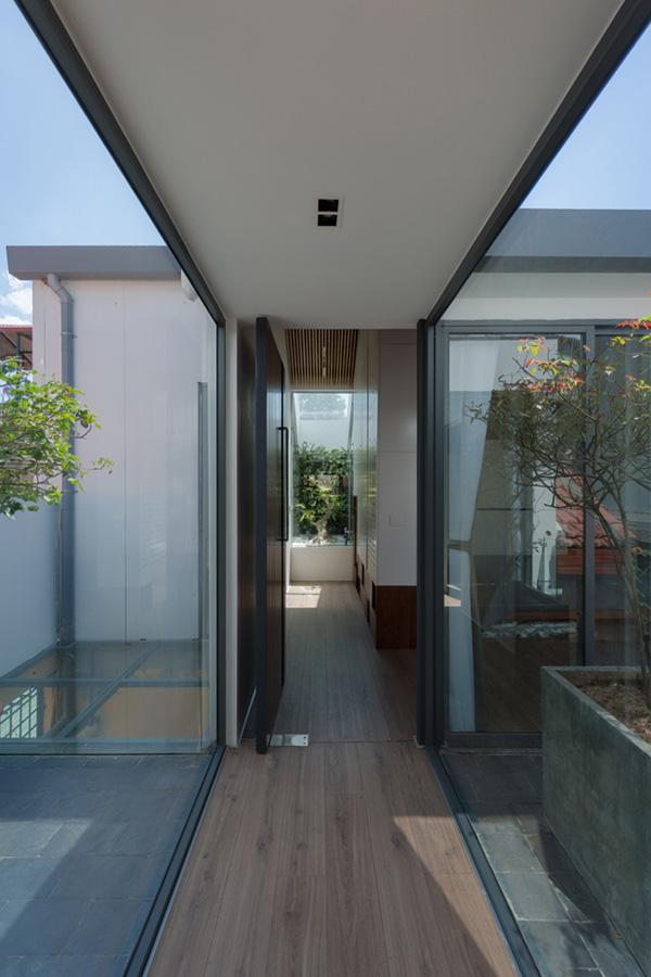 Khu vực giếng trời ở giữa nhà vô cùng quan trọng, giúp lưu thông ánh sáng và không khí cho cả căn nhà.