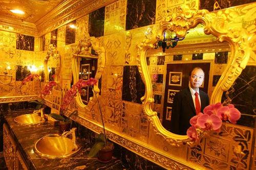 Bồn rửa tay, gương treo tường cũng ngập trong sắc vàng lấp lánh