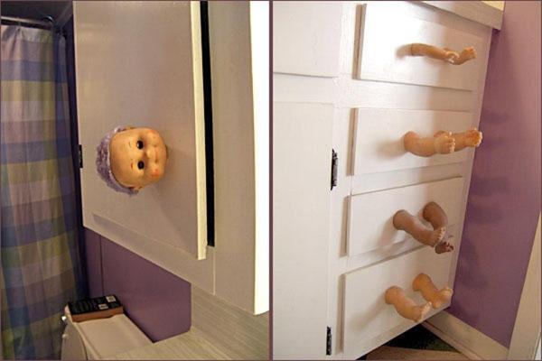 Thực ra đối với chiếc tủ ma búp bê này, bạn có thể tự làm với một chiếc tủ có sẵn và những bộ phận rời của búp bê đã hỏng.