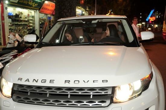 Thời chưa cưới nhau, Tuấn Hưng từng gây sốc khi sắm liền hai chiếc xế hộp Range Rover trị giá khoảng 4 tỷ đồng/chiếc. Anh sử dụng chiếc màu đỏ và tặng chiếc màu trắng cho vợ.