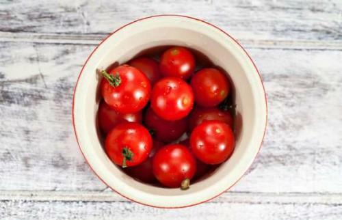 Cà chua tươi rất khó bảo quản vì nhanh hỏng. Cà chua phù hợp với khí hậu mát mẻ hơn nóng ẩm. Hương vị và kết cấu của cà chua có thể bị hỏng trong tủ lạnh, vì vậy tốt nhất nên cất giữ chúng ở nhiệt độ phòng, nhớ tránh xa nhiệt, ánh sáng và độ ẩm. Tuy nhiên, nếu cà chua đã chín hoàn toàn, bạn nên cho vào tủ lạnh để giữ tươi được vài ngày.