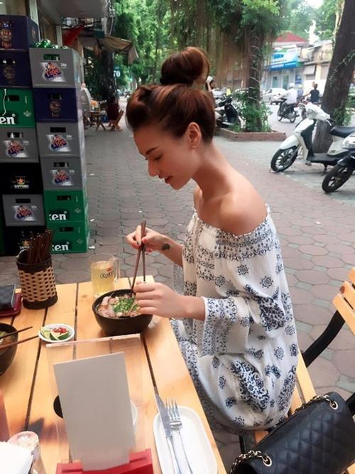 Sinh ra và lớn lên ở Hà Nội, trà đá là thức uống bình dị mà Hồng Quế thường hay gọi mỗi khi đi ăn bún.