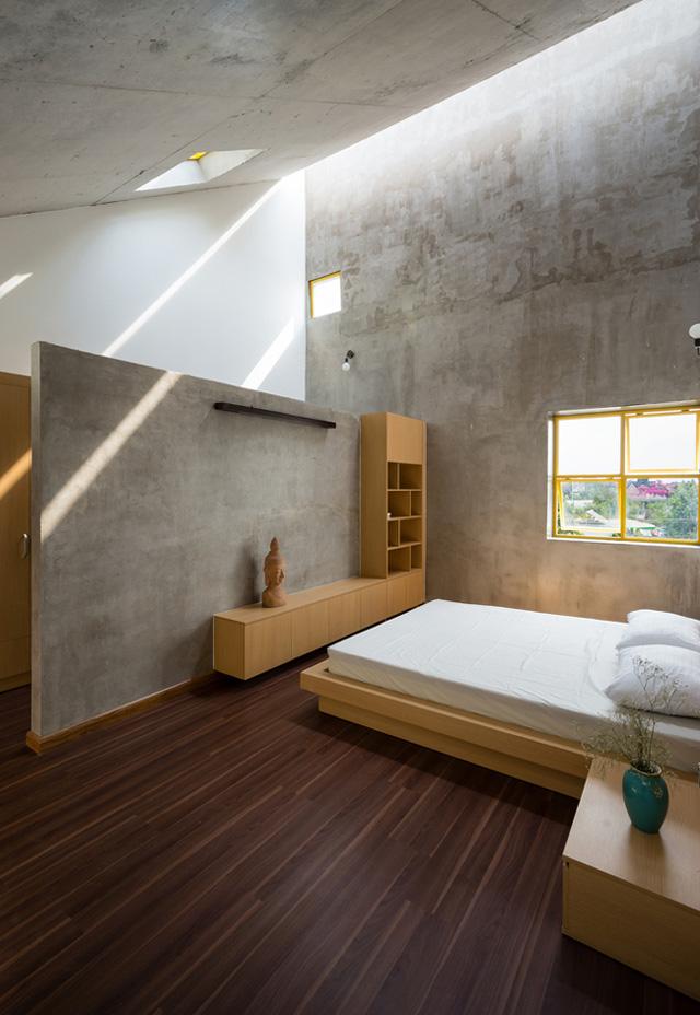 Hầu hết các phòng đều để nguyên tường và trần bê tông thô độc đáo.
