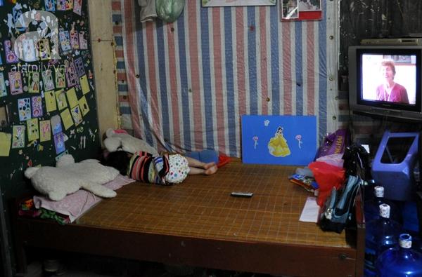 Một gia đình đưa cả con cái lên cùng sinh sống tại biệt thự bỏ hoang.
