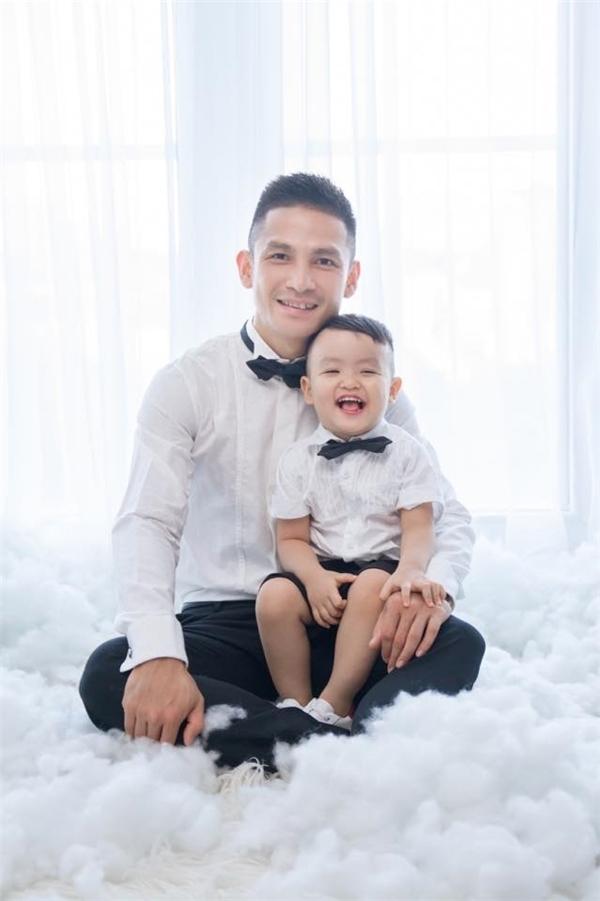 Cả gia đình Tâm Tít rạng rỡ chụp ảnh cùng nhau nhân dịp sinh nhật con trai đầu lòng.