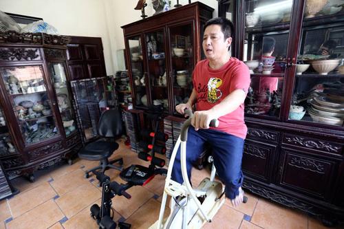 Mỗi chiều đi làm về, Chí Trung đều dành chút ít thời gian rảnh rỗi cho thú vui ngắm đồ xưa và tranh thủ tập vài bài tập gym đơn giản.