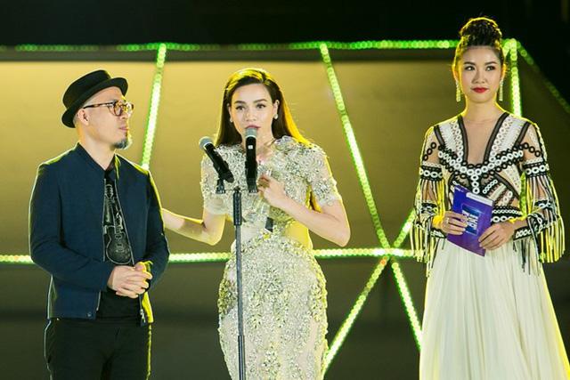 Công chúng ngỡ ngàng vì ngoài dự đoán, Hà Hồ lại ẵm cả 2 giải thưởng quan trọng của ZMA 2016: Nghệ sĩ của năm và Album của năm