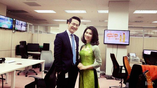 BTV Khánh Trang chụp cùng đồng nghiệp - BTV Tuấn Dương.