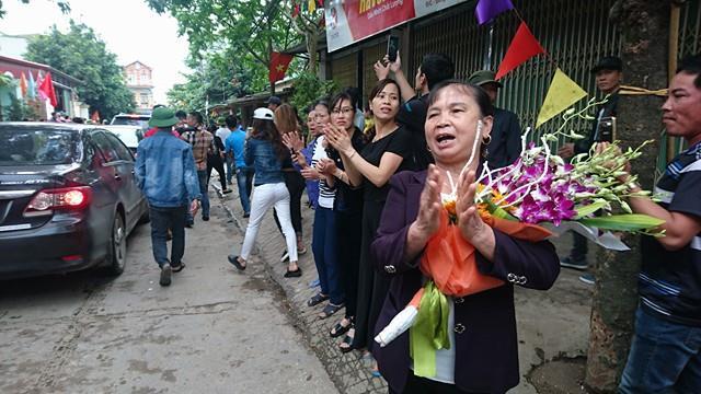 Bà con Đồng Tâm phấn khởi vỗ tay chào mừng đoàn lãnh đạo thành phố về đối thoại.