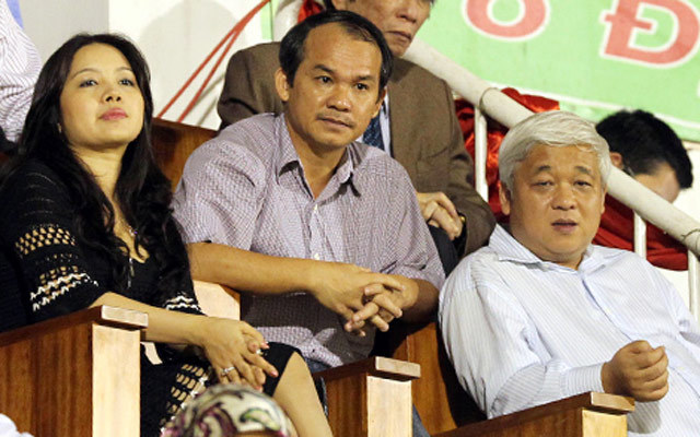 Bà Đặng Ngọc Lan vợ bầu Kiên cùng chồng xem bóng đá. Ảnh Internet