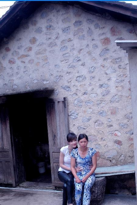 Triệu Thị Hà bên mẹ trong căn nhà cũ kĩ ở Cao Bằng.