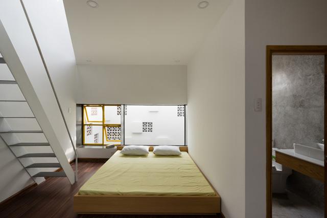 Phòng ngủ có cửa sổ lớn rộng thoáng.