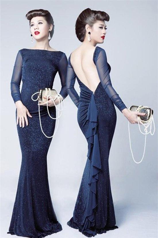 """Với đam mê váy áo từ bé, hiện tại Lâm Khánh Chi càng có lý do để mua sắm. 6 tháng sau phẫu thuật, cô đã tốn tiền tỷ cho trang phục. Cách đây 4 năm, nữ ca sĩ từng cho biết mình có khoảng 80 chiếc váy, 50 đôi giày và 8 – 10 cái túi xách. Có những chiếc túi """"ngốn"""" 70 – 100 triệu đồng của cô."""