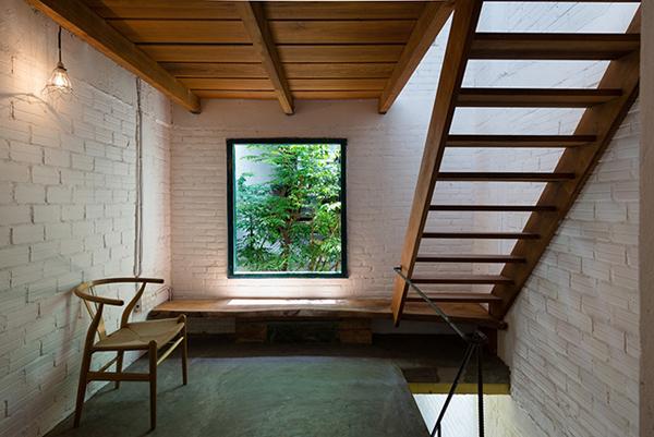 Hành lang rộng với băng ghế dài sát cửa sổ là nơi thư giãn tuyệt vời.