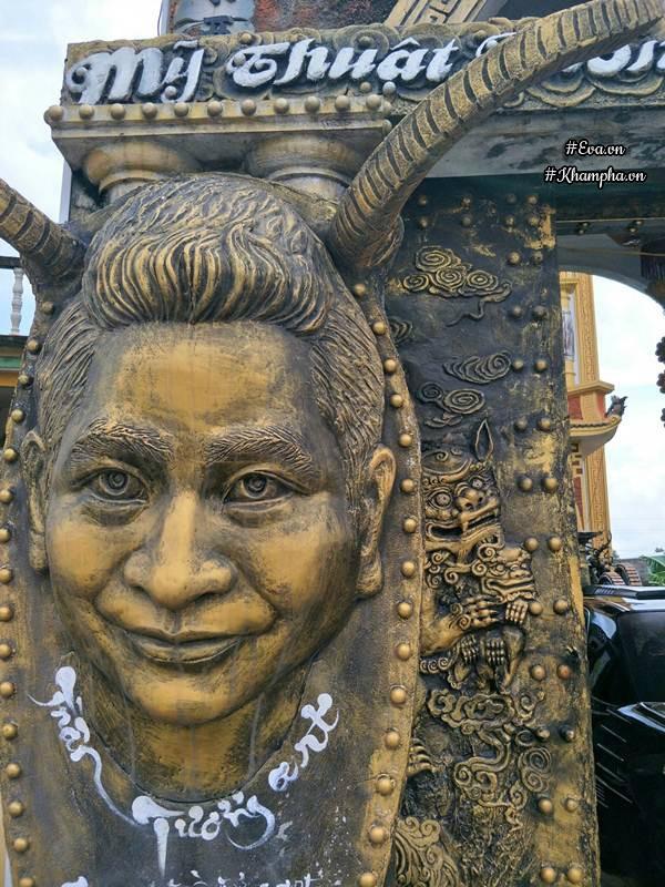 Không chỉ phía bên ngoài mà cả bên trong ngôi nhà cũng được trang trí bằng hàng chục bức tượng và các đồ vật được chạm trổ một cách công phu. 2 con nghê ở cổng biểu tượng cho tĩnh động âm dương.