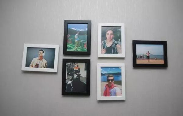 Trên tường, Markus treo thêm nhiều bức ảnh trang trí.