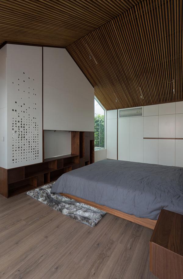 Phòng ngủ rộng rãi, đơn giản nhưng tiện nghi.