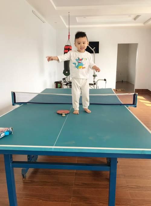 Phòng vui chơi giải trí, thể dục thể thao trong nhà có đặt một chiếc bàn chơi bóng bàn.