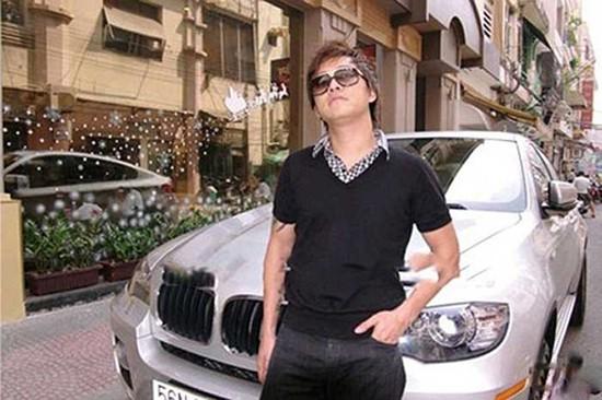Ngay từ thời trẻ, Tuấn Hưng cũng rất 'oách' khi sở hữu chiếc BMW X6 màu trắng có giá hơn 3 tỷ đồng này.