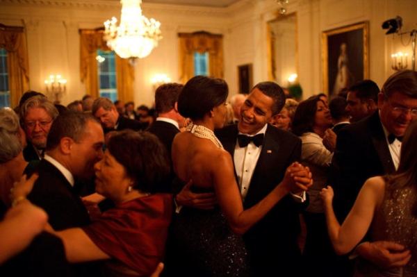 Ông Obama cùng vợ khiêu vũ tại một sự kiện năm 2009.