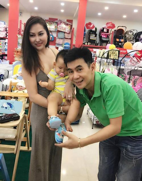 Phi Thanh Vân đưa con trai Tấn Đức đi mua sắm cùng ca sỹ Đoan Trường - người anh thân thiết với cô 16 năm giữa tâm bão li dị.