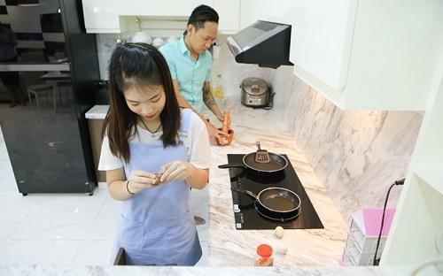 Khu bếp không quá cầu kỳ nhưng rất gọn gàng, không thiếu bất cứ tiện nghi nào.