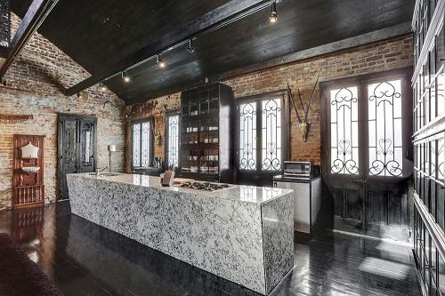 Bàn bếp được thiết kế bằng đá hoa cương tự nhiên