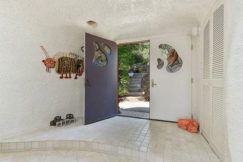Trước khi có lớp áo màu cam và tím chói lóa, ngôi nhà từng có màu sơn trắng đơn giản.