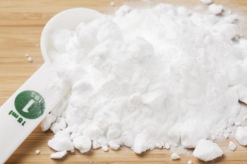 Muối nở sẽ phát huy tác dụng tốt nhất để làm sạch chảo đầy dầu mỡ khi bạn sử dụng với nước rửa bát. (Ảnh minh họa)
