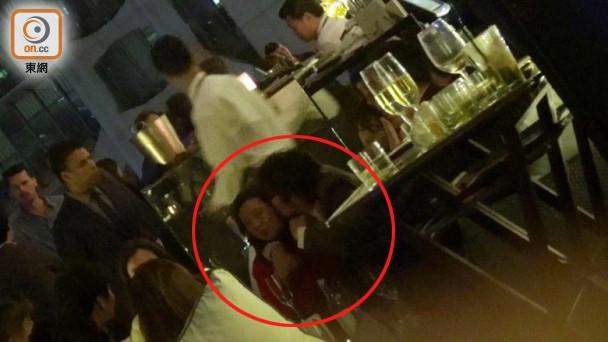 Lee Byung Hun bị chụp lại cảnh ôm hôn gái lạ ở Hồng Kông