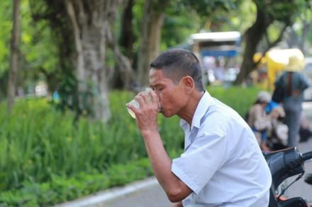 Người dân thường xuyên phải uống nước để giảm nhiệt.