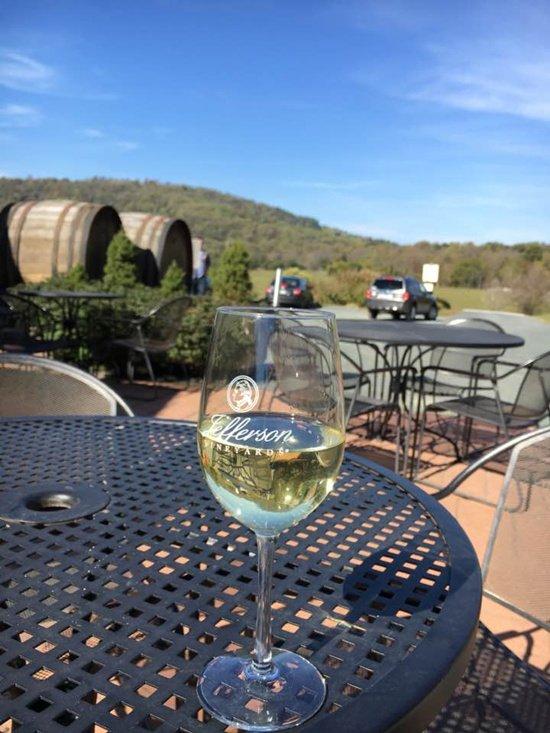 Bên cạnh những thùng rượu khổng lồ đang ủ, người đẹp có thể tự thưởng thức cho mình một chút rượu vang ngoài trời do chính tay cô sản xuất.
