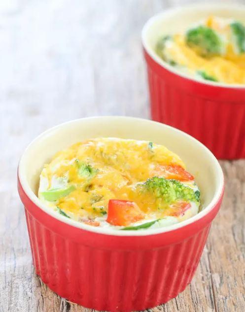 Trứng đánh đều cùng chút rau rồi bỏ vào lò vi sóng 90 giây là món trứng omelette thơm ngon đã hoàn thành.