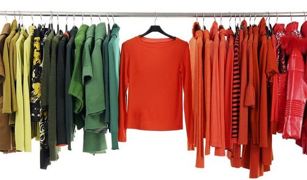 Cuối cùng, khi quần áo đã khô, hãy treo chúng lên thay vì gấp lại để tránh hình thành nếp nhăn.