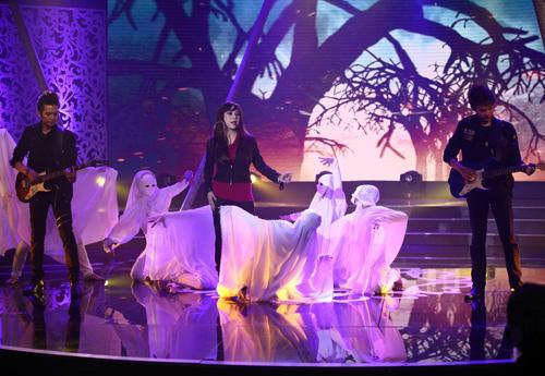 Cô thay trang phục hầm hố và váy ôm gợi cảm trình diễn bốc lửa trên sân khấu kết hợp cùng hai con trai Khải Ca, Bảo Châu.
