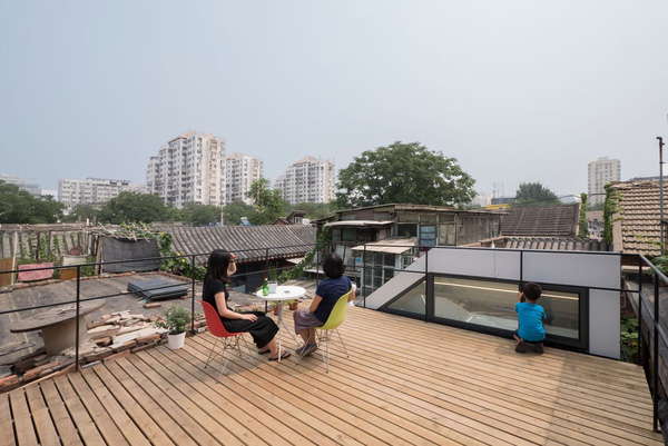 Trần nhà được lót thêm gỗ, vô cùng lý tưởng để thư giãn, ngắm cảnh.