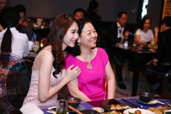 Hoa hậu Thu Thảo và mẹ chồng tương lai.