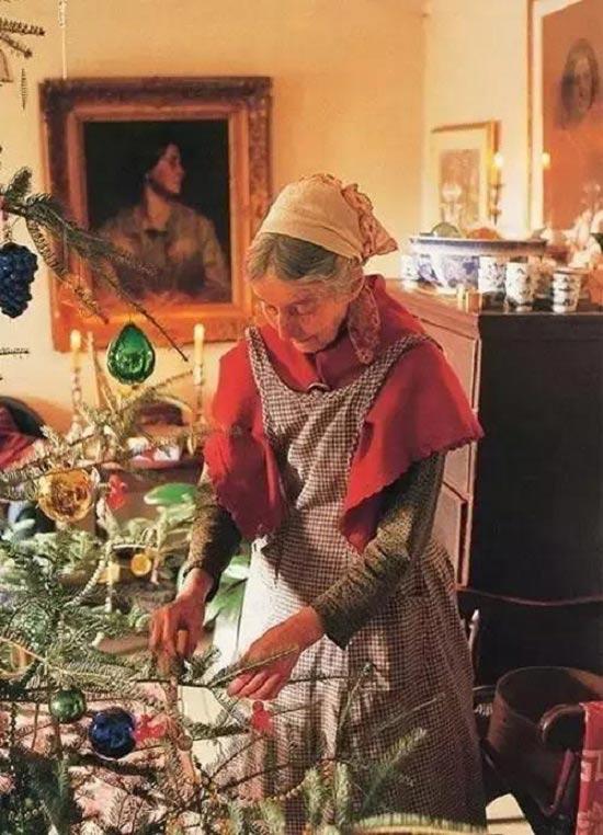 Những khi rảnh rỗi thường dệt vải, hái hoa, cắt cỏ, nấu những món ăn ưa thích và tự tay trang trí nhà cửa.