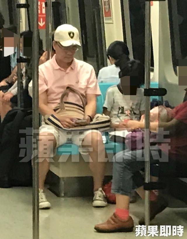 Trong khi đó ông Đới Phát Khuê đi xe bus về nhà.