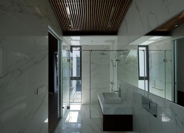 Phòng tắm hiện đại với tường ốp đá cẩm thạch tự nhiên.